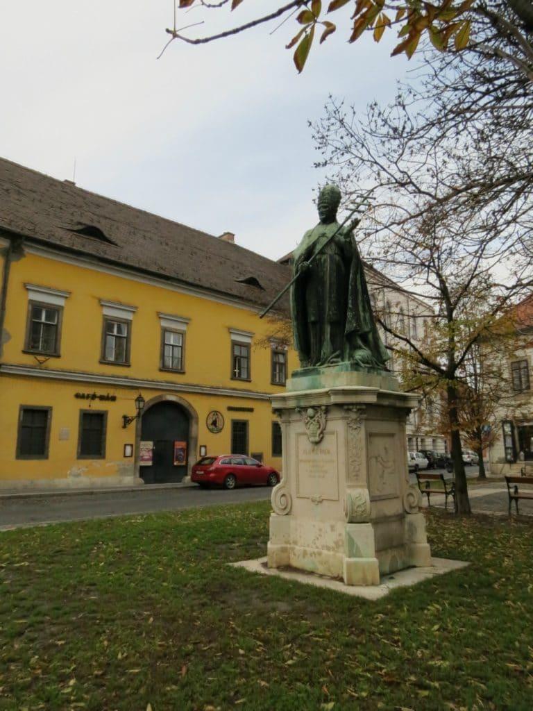 Boomer Travel   Budapest   Statue - Xlince Papa - Old Buda