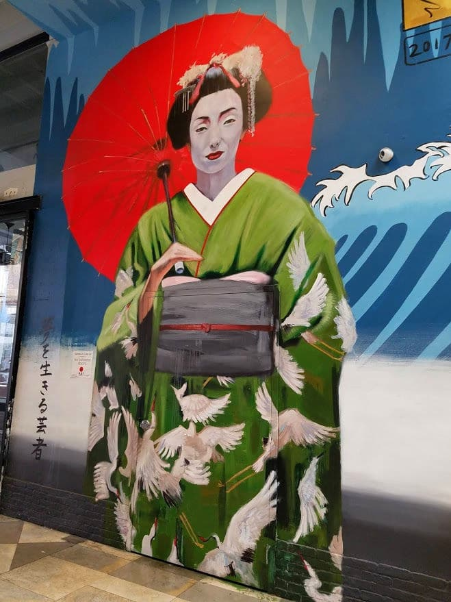 this #mural of a Japanese #Geisha is painted on the wall of Kai Restaurant at the Spring Arcade between Spring and Broadway in the heart of the Los Angeles Old Theater District. #streetart #wallmural #LosAngeles #LosAngelesTheaterDistrict #SpringArcade #restaurant #downtownLosAngeles #DTLA #RobertVargas